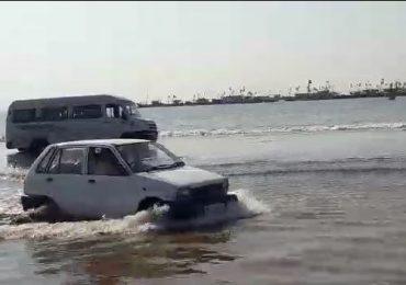 पर्यटकांना अतिउत्साहीपणा अंगलट, तीन गाड्या पाण्यात बुडाल्या