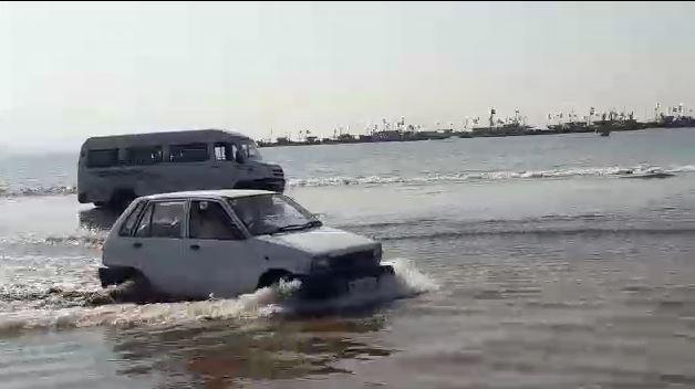 , पर्यटकांना अतिउत्साहीपणा अंगलट, तीन गाड्या पाण्यात बुडाल्या