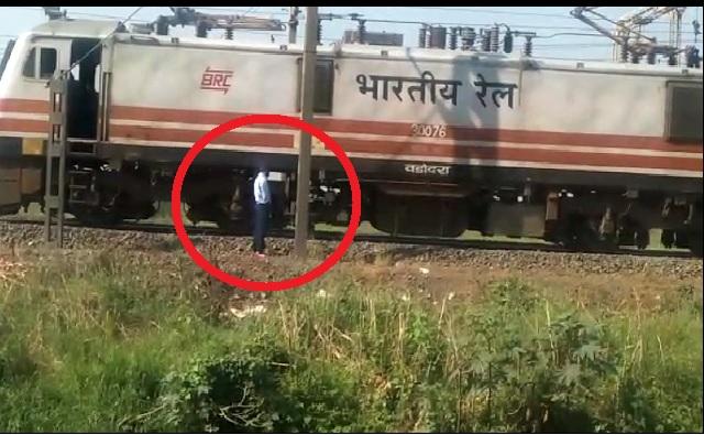 , मोटरमनला सू आली, भारतीय रेल्वे मध्येच थांबली