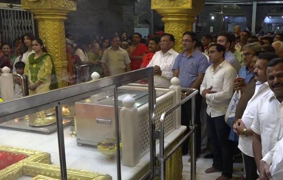 , शिल्पा शेट्टी शिर्डीत, साईंना सोन्याचा मुकूट अर्पण