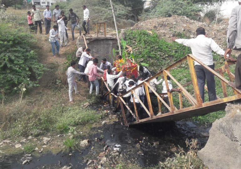 अंत्ययात्रा घेऊन जात असतानाच पूल कोसळला