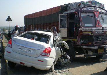 Ahmadnagar-pune highway accident, अहमदनगर-पुणे महामार्गावर बस-ट्रकची समोरासमोर धडक, तिघांचा मृत्यू, 25 जखमी