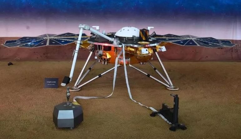 NASA InSight Spacecraft, नासाच्या 'मार्स लँडर'चं मंगळावर यशस्वी लँडिंग