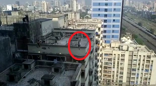 , जीवघेणी स्टंटबाजी, एका इमारतीवरुन दुसऱ्या इमारतीवर उडी