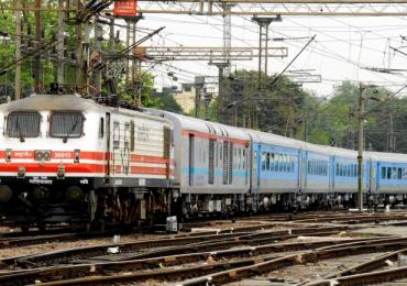 Badlapur Student Railway Track, रुळ ओलांडणाऱ्या प्रवाशांना राखी, बदलापूरच्या विद्यार्थ्यांचं अनोखं रक्षाबंधन