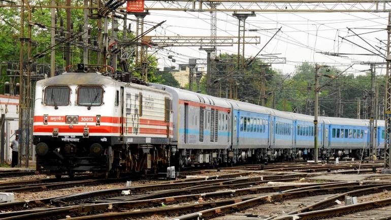 Fake aadhar Card during railway reservation, तिकीटाच्या दलालीचे मोठे रॅकेट उघड, रेल्वे सुरक्षा दलाची कारवाई