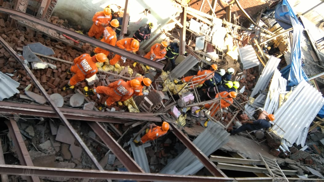 मुंबईत इमारत कोसळून तिघांचा मृत्यू, आठजण गंभीर जखमी