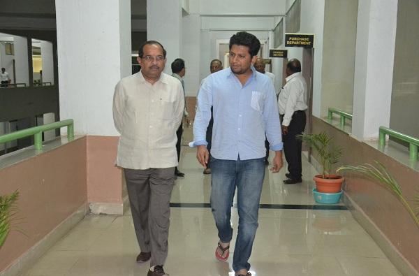 sujay vikhe patil, आई-वडील काँग्रेसमध्ये, म्हणून काय झालं? मी थांबणार नाही : सुजय विखे पाटील