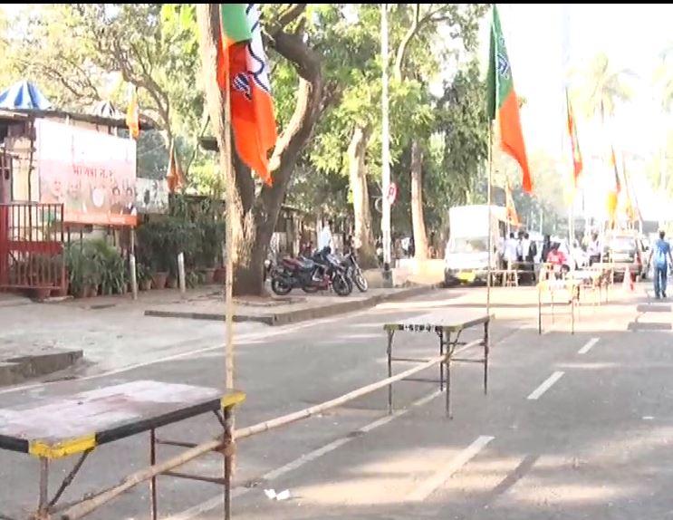 , मुंबई भाजप कार्यालयात झेंडे लावून कार्यकर्ते पसार