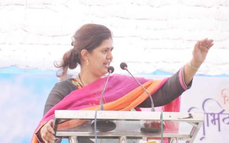 , 'आधी जनतेच्या मनातील मुख्यमंत्री, आता बीडपुरती गृहमंत्री', योगायोगाने दोन्ही खाती फडणवीसांची