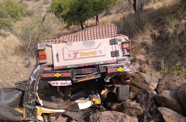 , भोजलिंग डोंगरावरुन 200 फूट दरीत जीप कोसळली, तिघांचा मृत्यू 12 जखमी