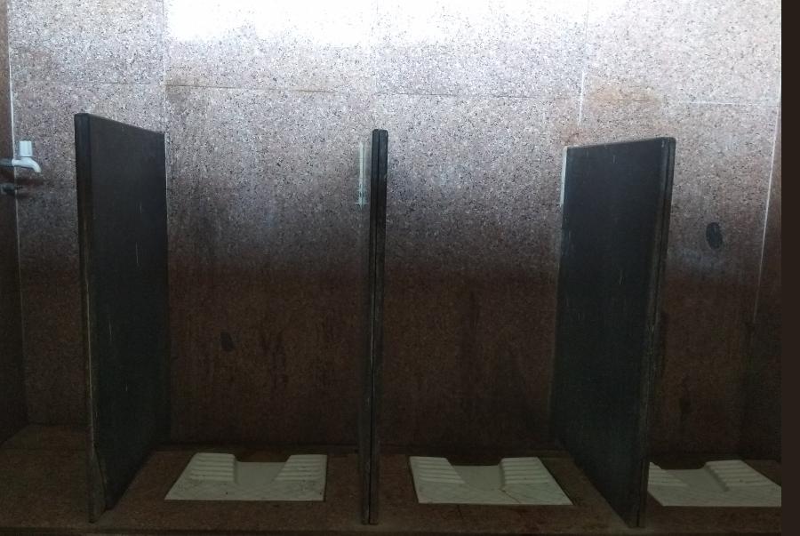 boriwali railway station toilet, रेल्वेचा हलगर्जीपणा, मुंबईतल्या स्थानकात महिलांच्या शौचालयांना दरवाजे नाहीत!