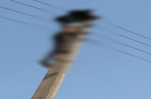 विजेच्या खांबावर चढून हायटेन्शन वायर पकडली, मजुराची आत्महत्या