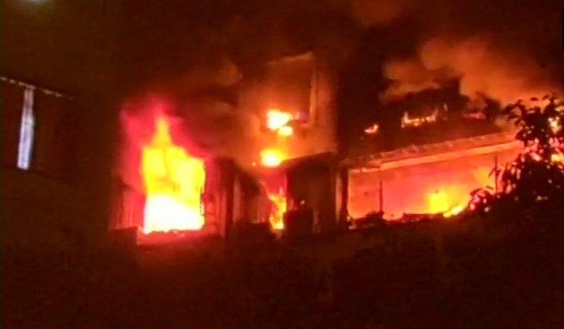 Fire in Mumbai, दक्षिण मुंबईतील क्रॉर्फ्ड सुपर मार्केटला आग, 5 अग्निशामक गाड्या घटनास्थळी दाखल