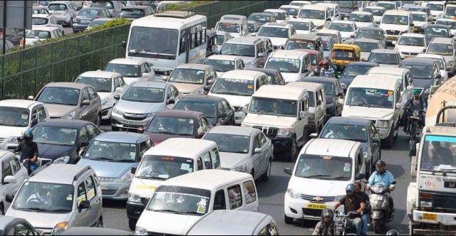 Mumbai traffic police new idea for no honking, VIDEO : हॉर्न वाजवाल, तर सिग्नलवरच थांबाल, मुंबई ट्राफिक पोलिसांची नवी युक्ती