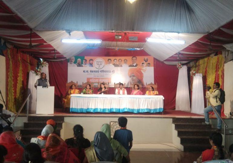 Ahmednagar MP dilip gandhi, पंकजांसमोर खासदार दिलीप गांधींना मुंडे समर्थकांचे खडेबोल