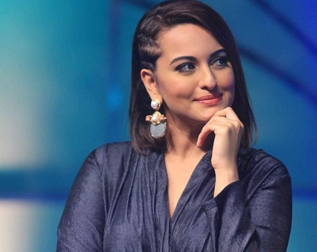 Case registered against actress Sonakshi Sinha at Katghar Police Station under sections 420, सोनाक्षी सिन्हा 24 लाख रुपये घेऊनही स्टेज शोला आलीच नाही, फसवणुकीचा गुन्हा दाखल