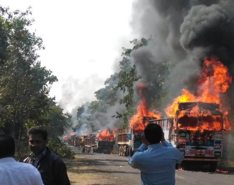 गडचिरोलीत अपघातात 5 प्रवासी जागीच ठार, संतप्त ग्रामस्थांनी 20 ट्रक पेटवले!