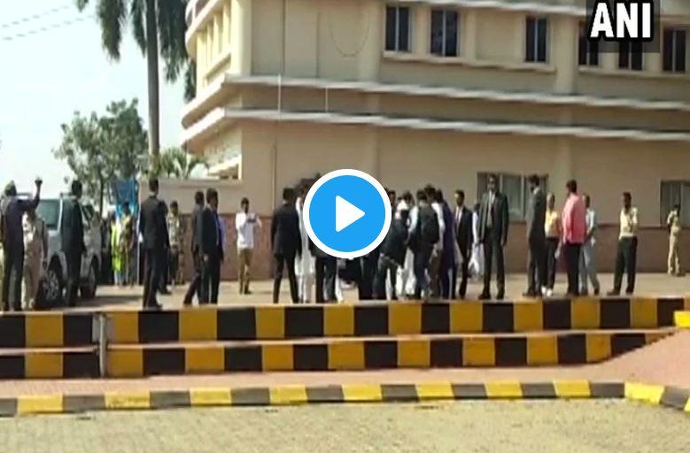 Political Video, VIDEO : फोटोग्राफरचा पाय घसरला, राहुल गांधी धावत मदतीला गेले!