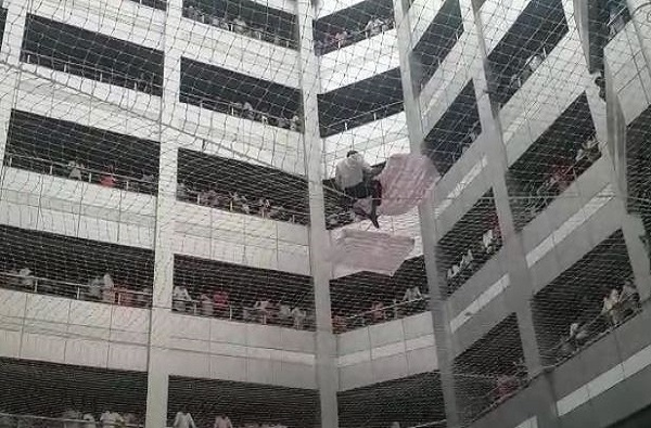 , मंत्रालयात आत्महत्येचा प्रयत्न, जाळीत अडकल्याने प्राण वाचले