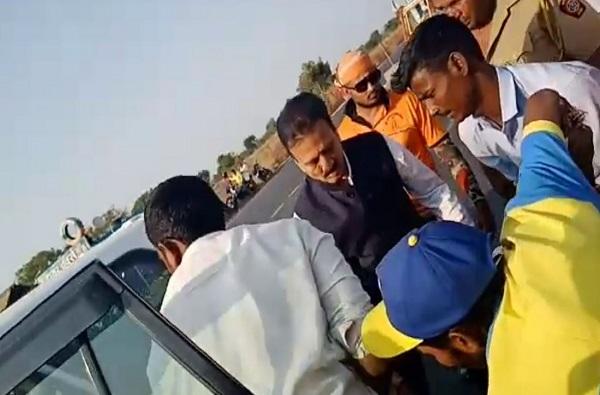Latest News Videos, गिरीशमहाजनांनी अपघातग्रस्ताला स्वत:च्या गाडीतून रुग्णालयात नेलं