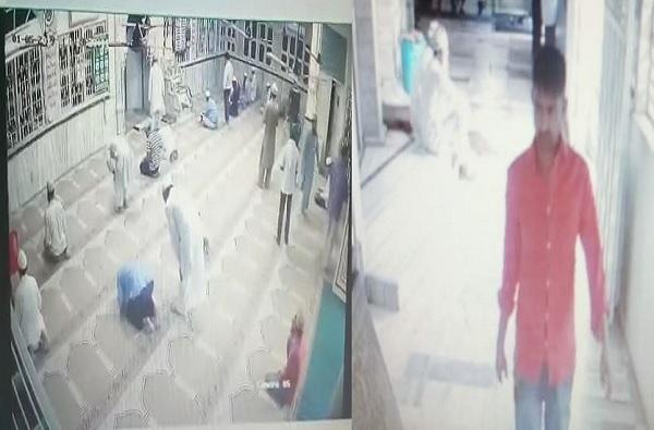 मशिदीतील चोरटे सापडले, नमाजासाठी वाकणाऱ्यांच्या मोबाईलवर डल्ला