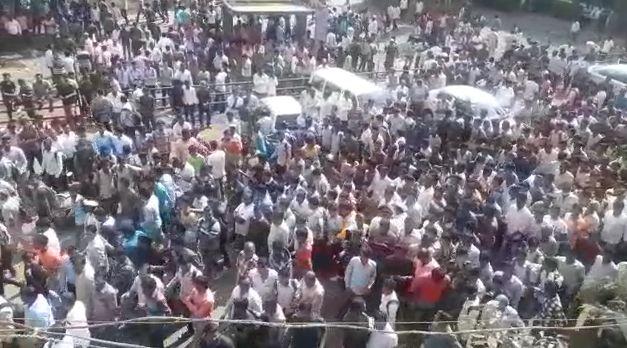 सांगलीतल्या खंडणीखोर गुंडांची पोलिसांकडून भर रस्त्यावरुन धिंड