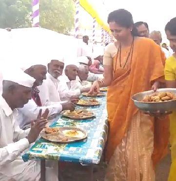 supriya sule, सुप्रिया सुळेंनी वयोवृद्धांना जेवण वाढलंही अन् पंगतीत जेवल्याही!