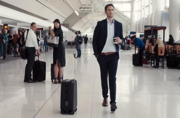 VIDEO : आता सुटकेस उचलू नका, तीच तुमच्यासोबत चालेल!