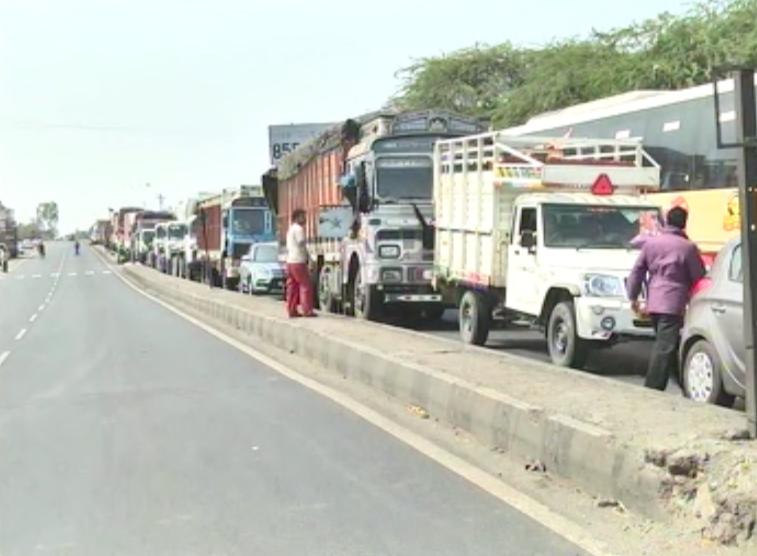 anna hazare, अण्णांच्या समर्थनार्थ ग्रामस्थ रस्त्यावर, नगर-पुणे हायवे रोखला!