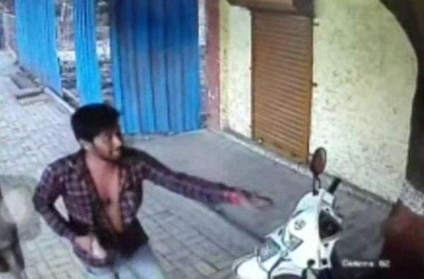 CCTV : लघुशंकेवरुन वाद, दोघांना दगड-दांडक्याने बेदम मारहाण