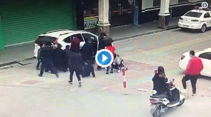 VIDEO : रस्त्यावर लहानग्यांचे हात सोडून नका, अन्यथा काय होऊ शकतं ते तुम्हीच पाहा!