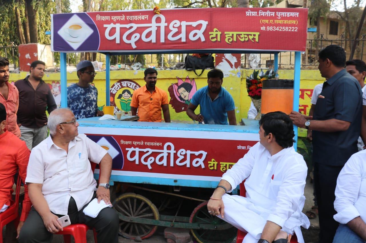 dhananjay munde, 'पदवीधर' टी स्टॉलवर धनंजय मुंडे प्यायले 2 हजार रुपयांचा चहा