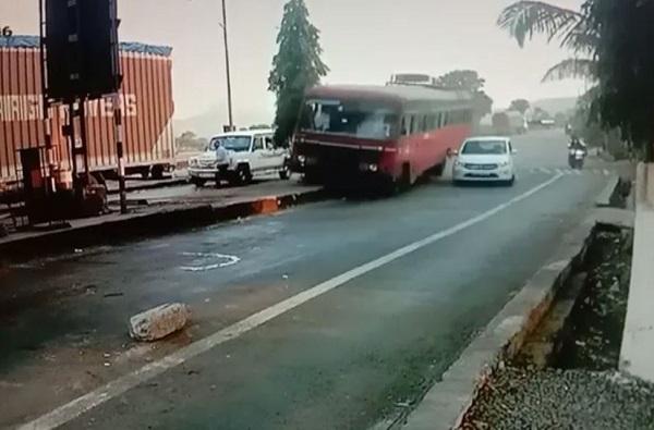 CCTV : बसचा ब्रेक फेल, चालकाच्या प्रसंगावधानामुळे 60 जण बचावले!