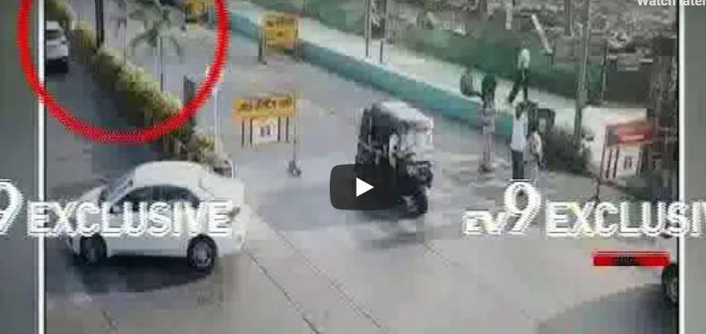 VIDEO : मुंबईत बाईकस्वाराने पोलिसाला उडवलं!