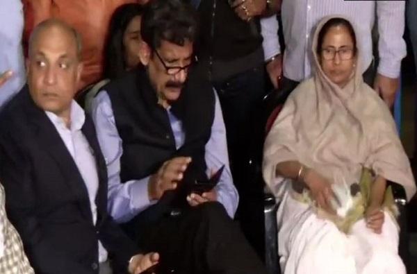 बंगालमध्ये ममता विरुद्ध सीबीआय, ममता बॅनर्जींचं धरणं आंदोलन