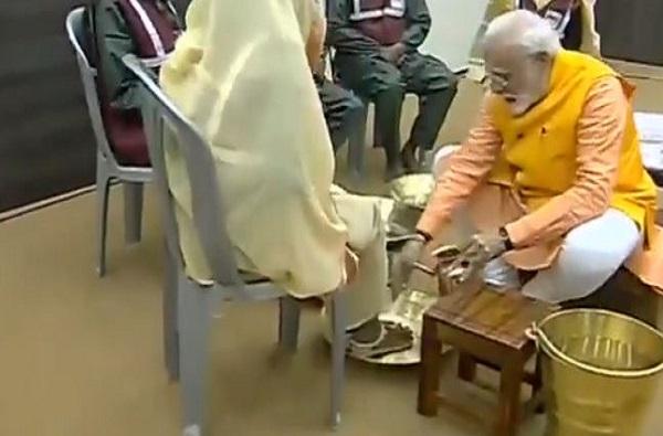 VIDEO : पंतप्रधान मोदींनी कुंभमेळ्यात सफाई कर्माचाऱ्यांचे पाय धुतले!