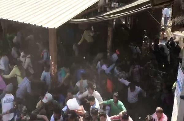 Top Newss, PHOTO : नालासोपाऱ्यात रेल्वेरोको, धुमश्चक्री आणि लाठीचार्ज