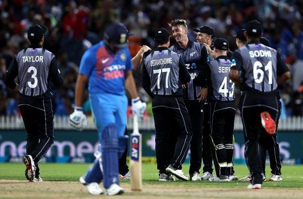 अखेरच्या षटकातली झुंज अपयशी, भारताचा चार धावांनी पराभव
