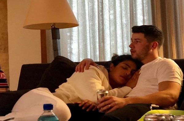 बेडरुममध्ये फोटोग्राफर लपलाय का? प्रियांका चोप्रा ट्रोल