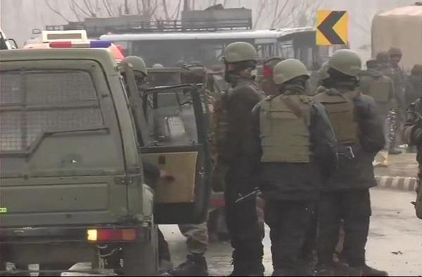 Top News, 200 किलो स्फोटकं घेऊन जाणाऱ्या गाडीचा सीआरपीएफ जवानांवर हल्ला