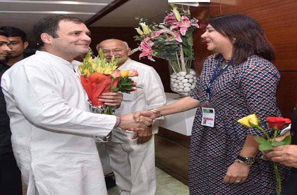 राहुल गांधींसोबत चर्चा, प्रिया दत्त यांचा निर्णय बदलला?
