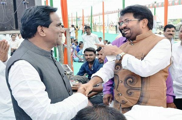 Politics in Maharashtra, जालन्यात दानवे-खोतकरांची गळाभेट, सर्वांच्या भुवया उंचावल्या