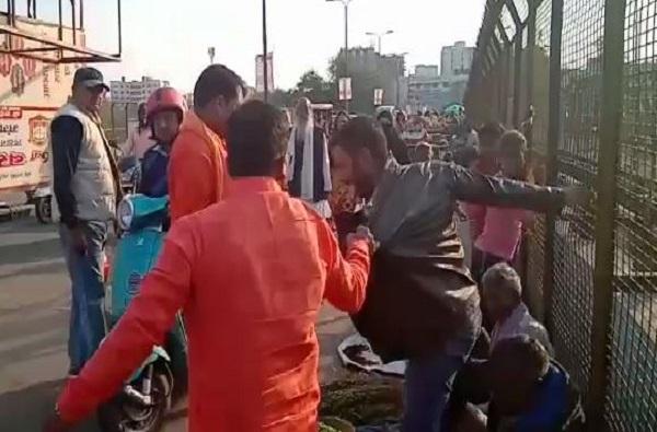 , लखनऊमध्ये काश्मिरी विक्रेत्यांना विश्व हिंदू दलाकडून मारहाण
