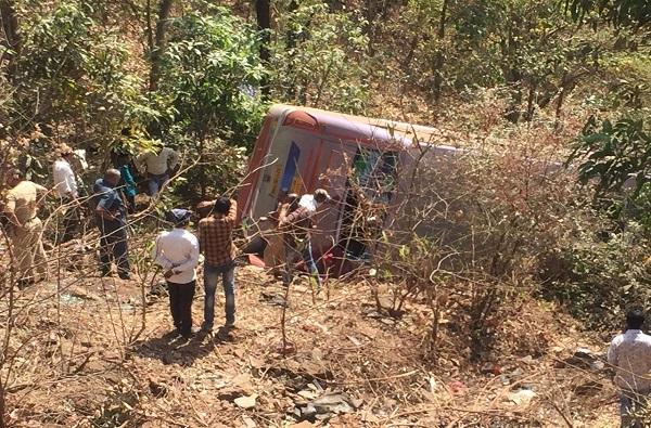 तोरंगणा घाटात बस दरीत कोसळली, 6 जणांचा मृत्यू, 45 जण जखमी