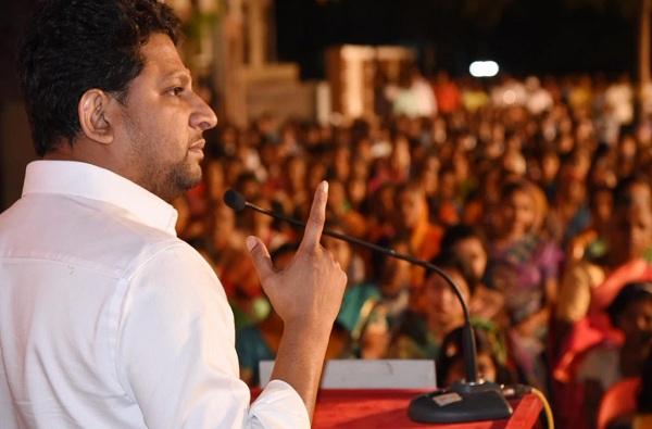 MP dilip gandhi, खा. दिलीप गांधींना संसदेत तंबाखू मळायला पाठवलंय का? धनगर नेत्यांचा सवाल