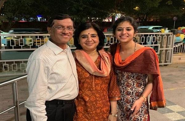 एकीकडे वडील निवृत्त, दुसरीकडे मुलगी UPSC पास, ज्ञानेश्वर मुळेंच्या लेकीचं यश