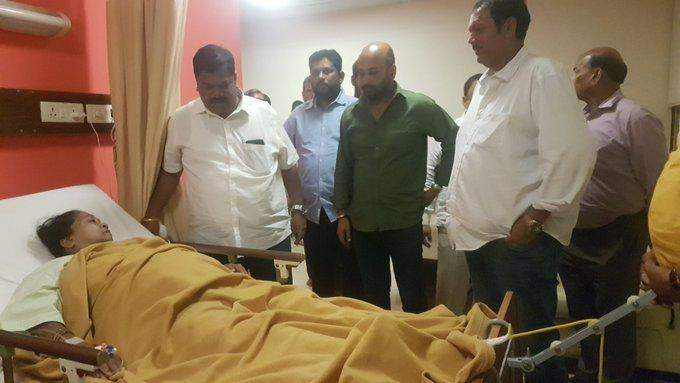 राजकारणापलिकडचे राजे! नरेंद्र पाटलांच्या आईला भेटण्यासाठी उदयनराजे हॉस्पिटलमध्ये!