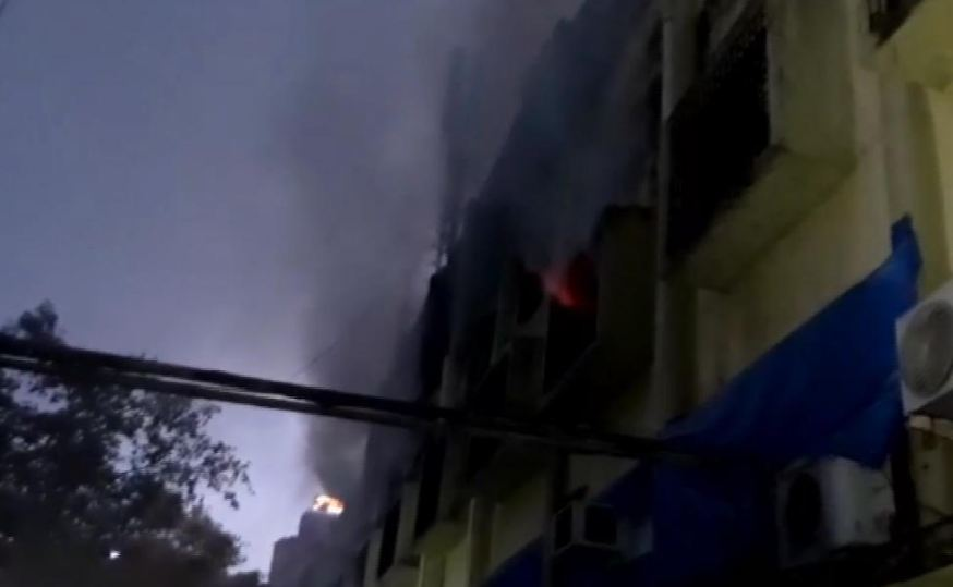 Fire broke out at Cama Industrial Estate, करण जोहरच्या धर्मा प्रॉडक्शनच्या गोदामाला भीषण आग