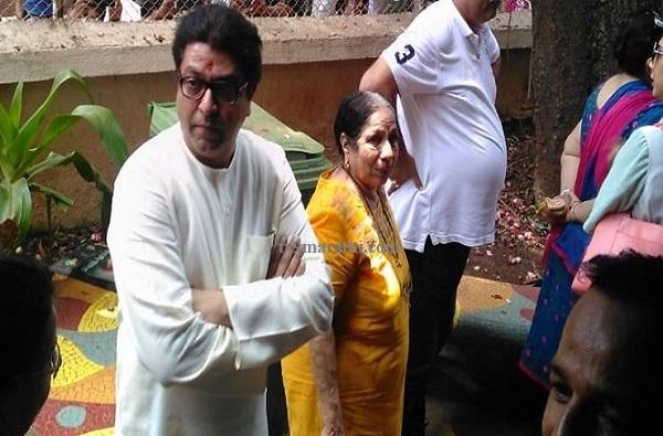 Raj Thackeray voting, राज ठाकरे जवळपास दीड तास रांगेत उभे!